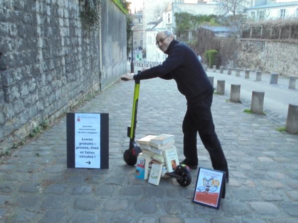 """Journées Internationales du Livre Voyageur: des centaines de livres gratuits """"lâchés"""" à Paris par l'écrivain Pierre Martial et l'association"""