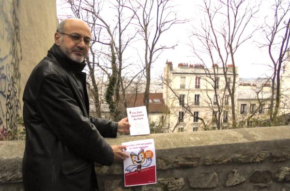 """Pierre Martial """"libère""""des dizaines de livres à Montmartre, plus haut point de Paris, pour les Journées du Livre Voyageur"""