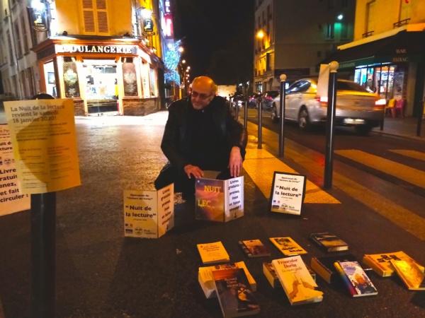 Pierre Martial distribue, lors de la Nuit de la Lecture, des livres gratuits dans les rues de Paris