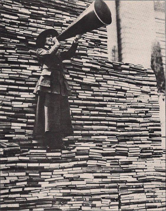 1910. Une femme appelle les passants à donner autant de livres que possible à la bibliothèque publique de New York sur la 5e avenue. © D.R