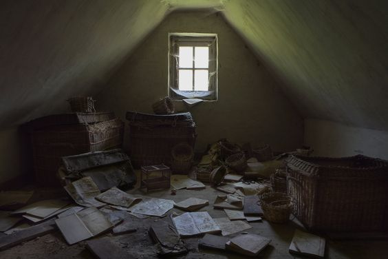 Pierre Martial, écrivain, au milieu de ses chers amis les livres...