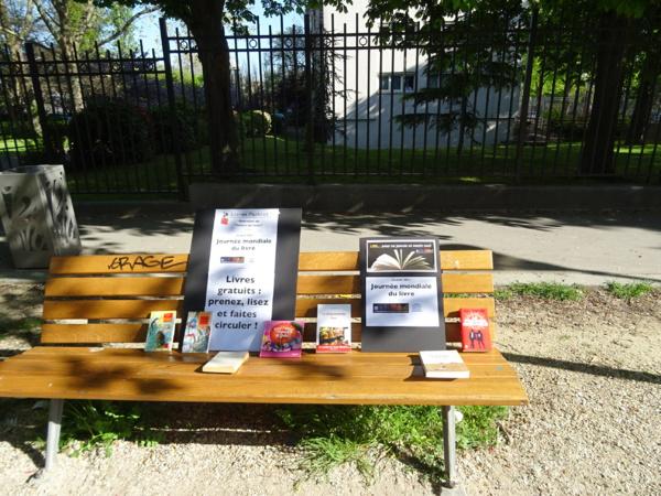 Journée mondiale du livre, distribution solidaire de livres dans les rues de Paris par Pierre Martial et Livres Partout!
