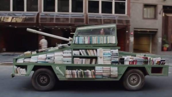 """Buenos Aires: le """"tank-bibliothèque"""" comme arme d'instruction massive!"""