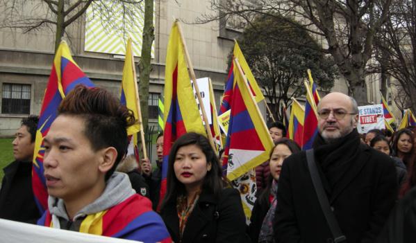 Pierre Martial au coude à coude avec ses amies et amis tibétains