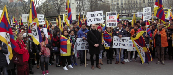 Des milliers de personnes rassemblées au Trocadéro pour le Tibet