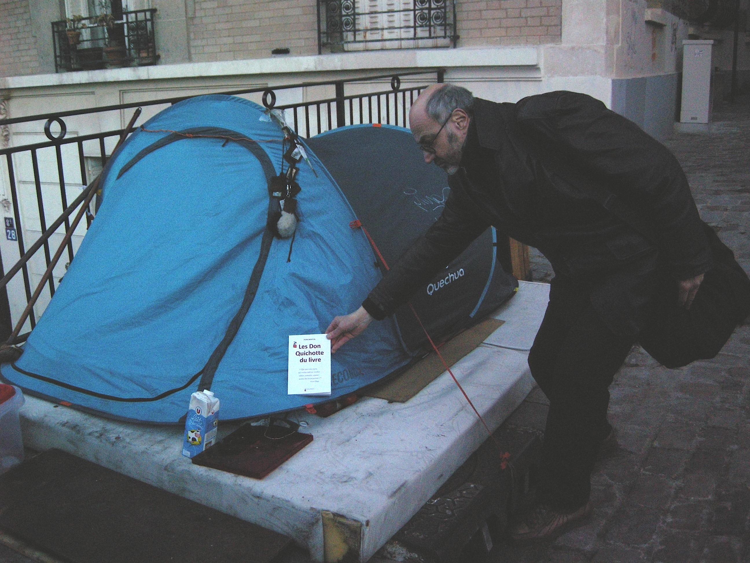 Don Quichotte du livre. Pierre Martial distribue gratuitement son  dernier ouvrage aux sdf parisiens.