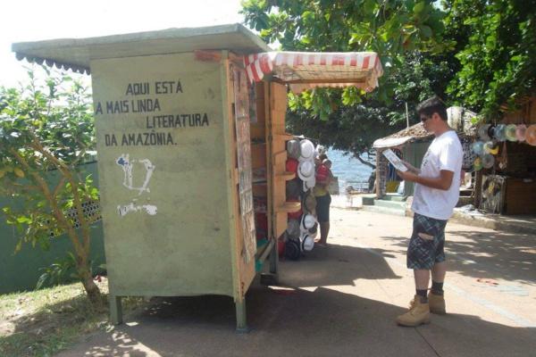 Lire Partout!: En voyage au coeur de l'Amazonie, Patrick lit devant un émouvant cabanon-librairie ©Patrick Maradene