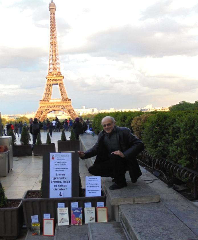"""De Casablanca à Paris. Nouvelle opération """"lâcher de livres"""", face à la tour Eiffel, de l'écrivain Pierre Martial"""