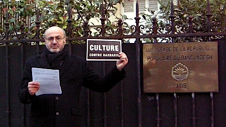 Culture contre barbarie. Lecture-performance de Pierre Martial devant l'ambassade du Bangladesh à Paris.