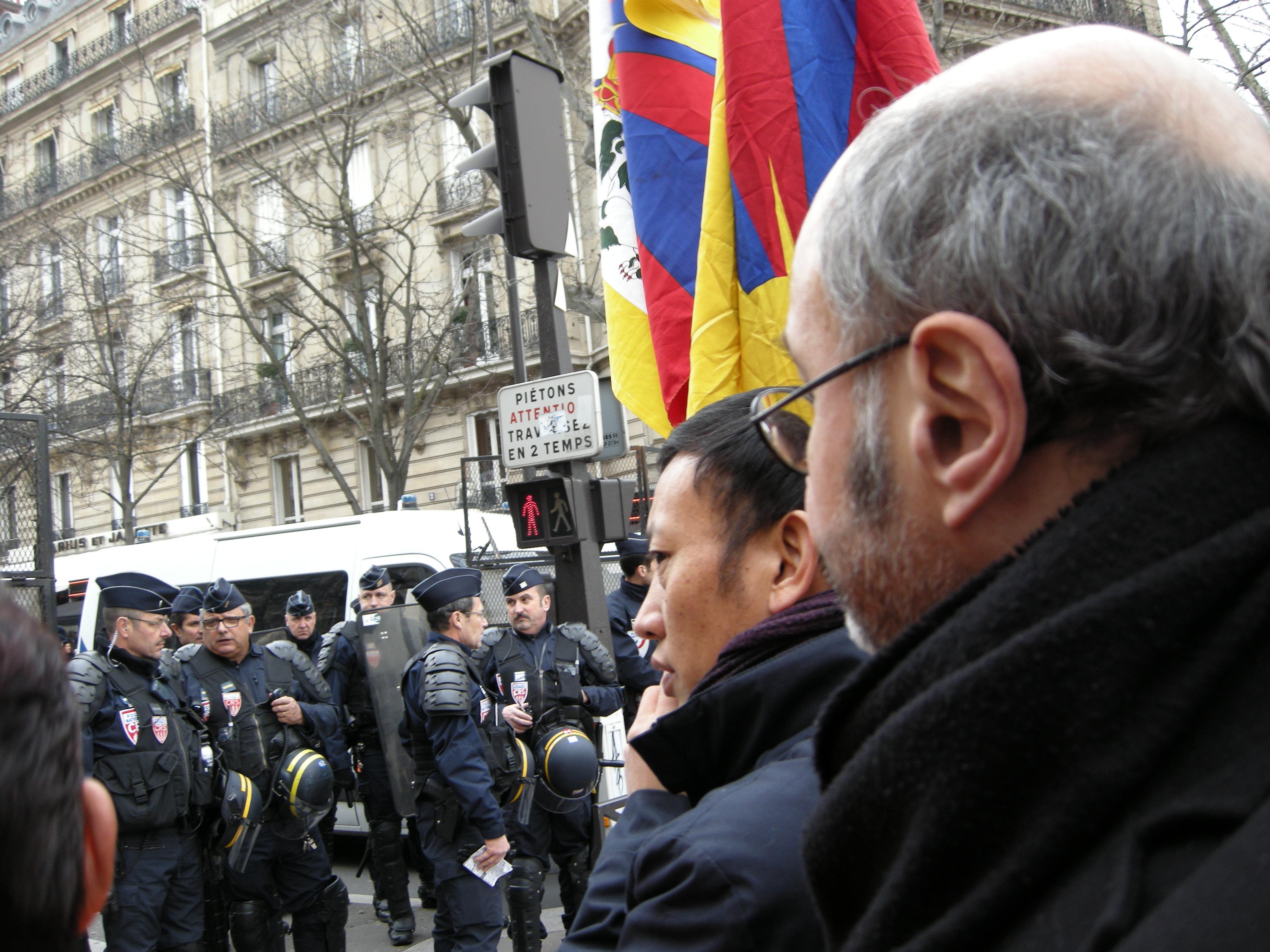 Pierre Martial et un responsable tibétain font face à la police