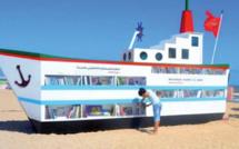"""Maroc: le """"Bateau-Livre"""" est une des bibliothèques de plage les plus originales du monde!"""