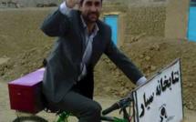 Saber, instituteur afghan, risque chaque jour la mort pour apporter des livres aux enfants.