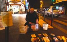 """Nuit de la Lecture. """"Lâchers de livres"""" dans les rues à Paris, à l'initiative de l'écrivain Pierre Martial et de""""Livres Partout!"""""""