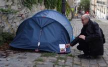 """Distribution solidaire de livres dont le """"Cinquantième livre"""" aux plus démunis, dans les rues de Paris - nov 2020 - © Livres Partout"""