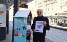 """Distribution solidaire de livres dont le """"Cinquantième livre"""" aux plus démunis, dans les rues de Paris - avril 2021 - © Livres Partout"""