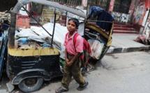 Calcutta: le petit garçon des rues qui veut vaincre la misère avec un cahier d'écolier