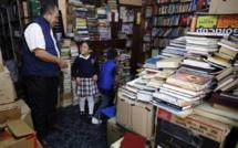 José, l'éboueur de Bogota, qui sauve les livres des bennes pour les offrir aux enfants pauvres