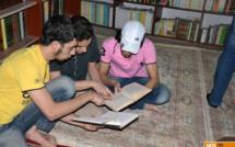 Tandis que les bombes pleuvent, de jeunes syriens sauvent les livres dans des caves-bibliothèques