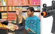 Livres contre kalachs! De jeunes Français échangent leurs jouets guerriers contre des livres.