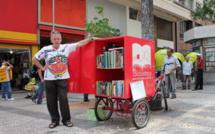 "Rob, l'ex-SDF de Sao-Paulo qui distribue des livres aux sans abri avec sa ""bicyclothèque"""