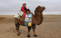Mongolie. Le chameau qui parcourt le désert de Gobi pour apporter des livres aux enfants.