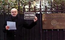 Culture contre barbarie. Lecture-performance de Pierre Martial devant l'ambassade du Bangladesh à Paris.
