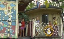 Ce vieux wagon est l'émouvante bibliothèque des gamins des rues de Bangkok